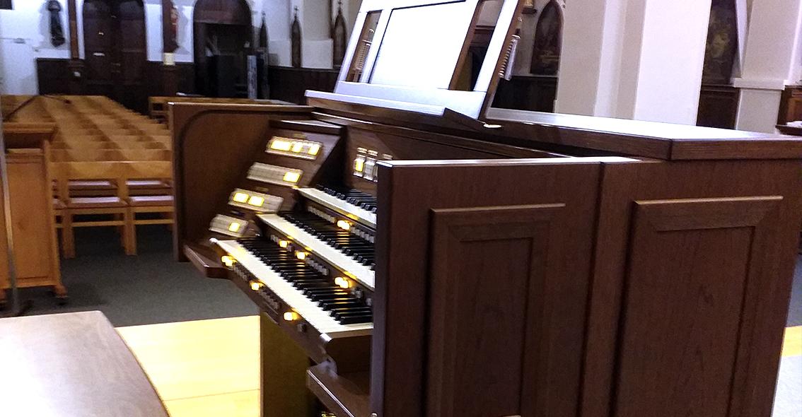 Viscount Unico 400 in de Onze Lieve Vrouw Kerk Molenstede